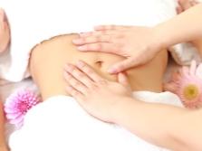 Massagem abdominal com óleo de feijão tonka