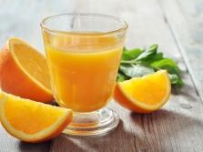 Sumaišytos apelsinų sultys su salierais