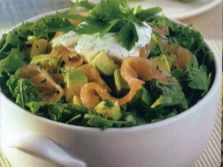 Salaatti lohen ja rapsin kanssa