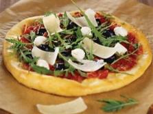 Pizza rukkolával és parmezánnal