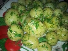 Млади картофи с копър