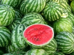 Görögdinnye: kalória, haszon és kár, tanácsadás a választás és érdekes tények
