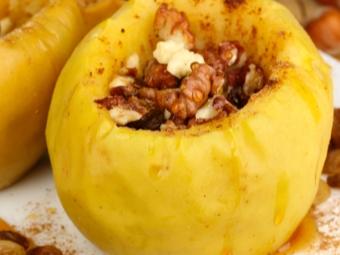 Apel dengan kacang, madu dan kayu manis selepas dibakar
