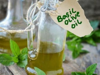 Auf Basilikum aufgegossenes Olivenöl