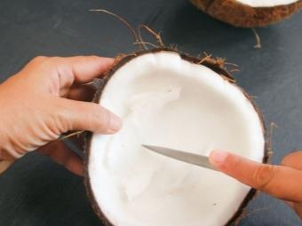 Отстраняване на кокосовия пулп - нарязан на парчета