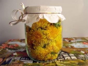 Löwenzahnblumen mit Pflanzenöl