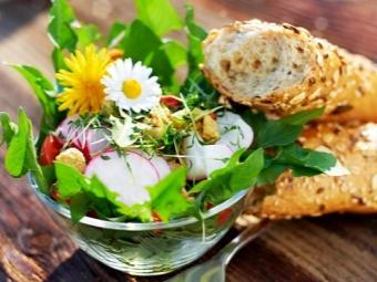Salad dandelion dengan lobak