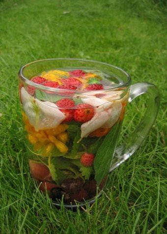 Tea angyalgyökér, eper és más gyógynövények