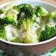 Los detalles del proceso de cocción del brócoli en una olla de cocción lenta.