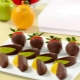 Como fazer frutas no chocolate com as próprias mãos?