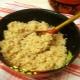 Cocinar gachas de cebada en el agua en una olla de cocción lenta