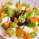 Como é bonito cortar frutas na mesa festiva?