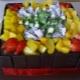 Que lindo decorar o bolo com frutas?