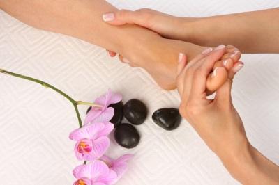 Massagem nos pés com óleo de feijão tonka