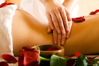 Massagem lombar com óleo de tonka bean