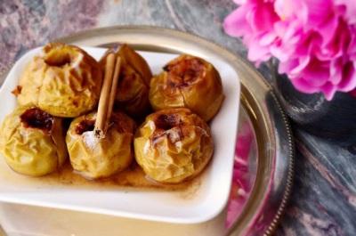 Apel yang dipanggang dengan madu dan kayu manis