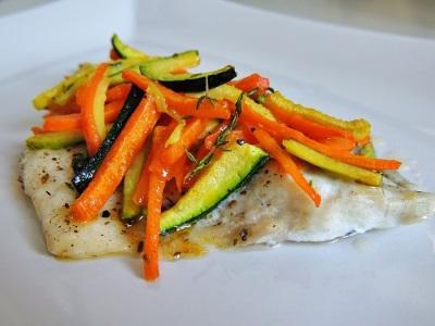 Dorado grelhado com legumes e pimenta preta