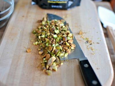 Potong pistachios dalam salad