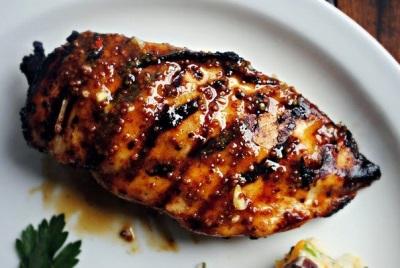 Carne grelhada com glacê de mel e mostarda