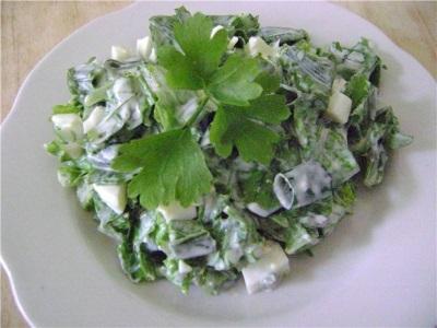 Saláta gránátával és zöldekkel