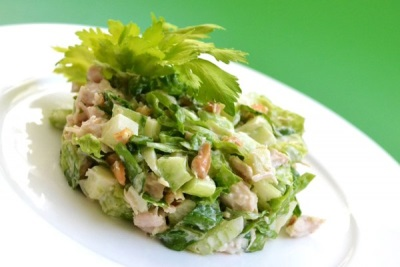 Salotos su salierais, vištiena ir daržovėmis