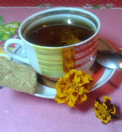 Tee marigoldsilla