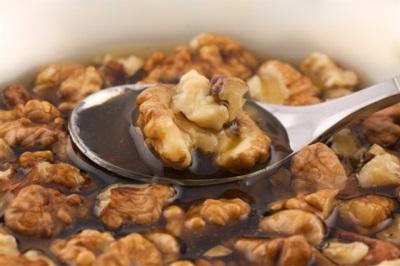 Tägliche Dosierung einer Mischung aus Walnüssen und Honig