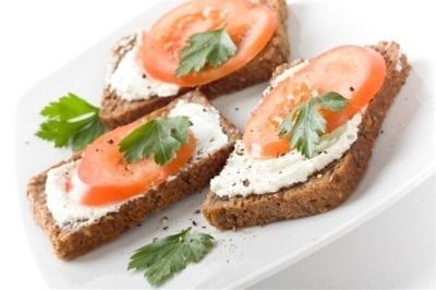 Mārrutku sviestmaize ar tomātiem