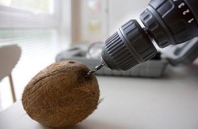 Fúrjon kókuszot - készítsen egy lyukat