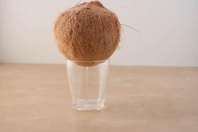 Sok owocowy wypływa z kokosa