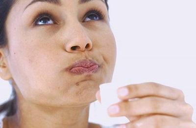 Lavar a boca com resina de cedro