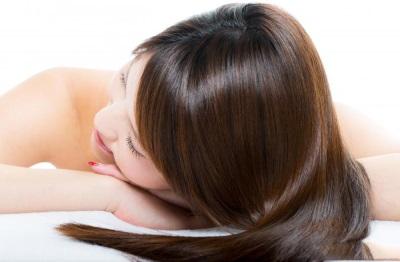 Cabello después de aplicar aceite de coco para el cabello.
