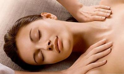 Massagem relaxante com óleo de coentro