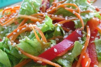 Salada com sementes de gergelim e óleo de gergelim