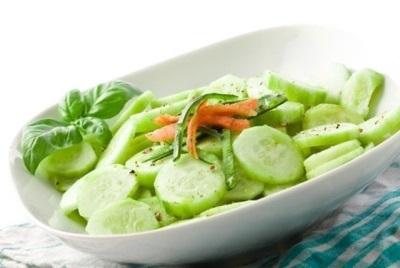 Salada com pepino e óleo de gergelim