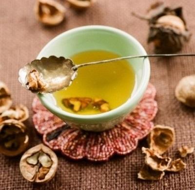 Minyak walnut digunakan untuk meremajakan kulit