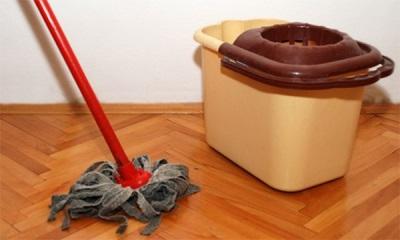 Grīdas mazgāšana ar vērmeles novārījumu