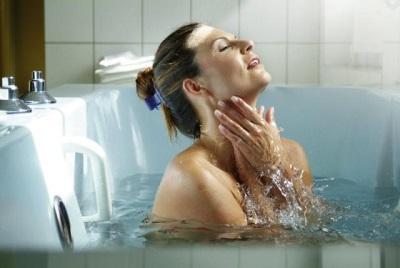 Bad mit einem Sud aus Wermut