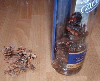 Προετοιμασία βάμματα από χωρίσματα καρυδιών σε αλκοόλ