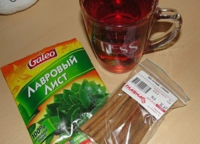 Chá com folhas de louro e canela