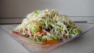 Zielona sałatka letnia przyprawiona olejem migdałowym