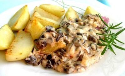 Sēnes sēnes krēmīgā mērcē ar kartupeļiem