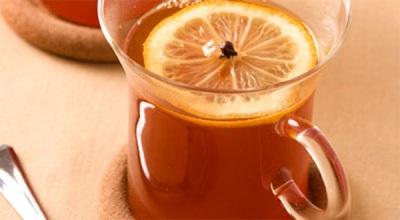 Tee mit Zitrone und Nelken