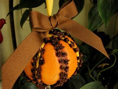Neujahrsdekor aus Orange und Nelken