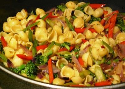 Pasta mit Gemüse und Tabasco-Paprikaschoten