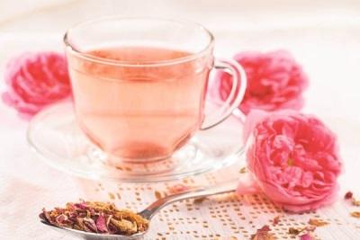 Tēja no ziedlapiņām un rosebuds