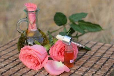 Ätherisches Rosenöl